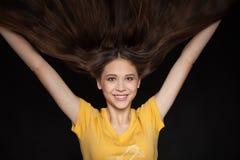Холодная и блестящая молодая женщина с красивыми волосами летания - изображением запаса Стоковые Фотографии RF