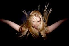 Холодная и блестящая молодая женщина с красивыми волосами летания - изображением запаса Стоковые Изображения