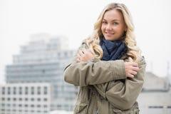 Холодная ультрамодная блондинка представляя outdoors стоковые изображения rf