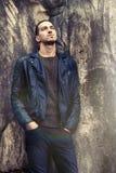 Холодная ультрамодная склонность человека против стены Одежда стиля утеса Стоковая Фотография RF