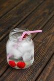 Холодное питье вишни в стеклянном опарнике на деревянной доске Стоковые Изображения RF