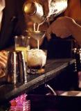 Бармен делая холодный коктеил выпить Стоковая Фотография RF