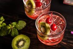 Холодное питье коктеиля лета с вишней и кивиом Стоковые Изображения RF