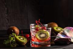 Холодное питье коктеиля лета с вишней и кивиом Стоковые Фотографии RF