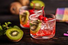 Холодное питье коктеиля лета с вишней и кивиом Стоковая Фотография