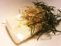 Холодное тофу с морской водорослью и сухими рыбами в местном ресторане, традиционной японской едой, блюдом закуски, закрыло вверх Стоковое фото RF