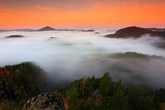 Холодное туманное туманное утро в долине падения богемского Switzerlan Стоковые Фотографии RF