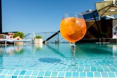 Холодное aperol коктеиля spritz на краю бассейна Стоковое Изображение RF