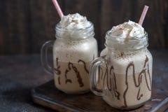 Холодное frappuccino frappe питья кофе с взбитыми сливк и соломами Стоковая Фотография