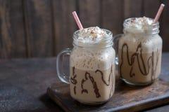 Холодное frappuccino frappe питья кофе с взбитыми сливк и соломами Стоковое Изображение RF