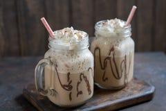 Холодное frappuccino frappe питья кофе с взбитыми сливк и соломами Стоковое Фото