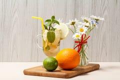 Холодное mojito лимонада с лимоном и мятой в высокорослых стекле и st Стоковые Фотографии RF