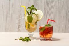 Холодное mojito лимонада с лимоном и мятой в высокорослых стекле и st Стоковое фото RF