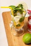 Холодное mojito лимонада с лимоном и мятой в высокорослых стекле и st Стоковое Изображение