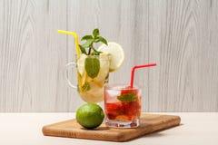 Холодное mojito лимонада с лимоном и мятой в высокорослых стекле и st Стоковые Изображения