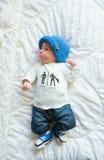 Холодное newborn в джинсах Стоковые Фото