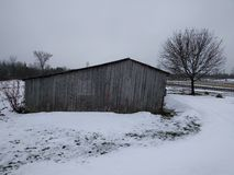 Холодной амбар покинутый зимой стоковое фото