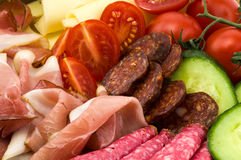 Холодные еды и овощи на плите Стоковые Изображения