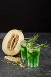 Холодные коктеили спирта 2 стекла зеленых пить с астрагоном и известкой Лимон отрезка и кислая известка Спиртные пить лета Стоковое Изображение