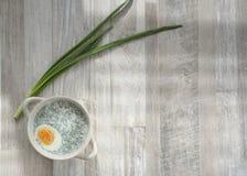Холодный белый суп на таблице Стоковая Фотография RF