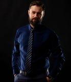 Холодный бизнесмен стоя на темной предпосылке градиента Стоковые Фото