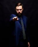 Холодный бизнесмен стоя на темной предпосылке градиента Стоковое Изображение RF