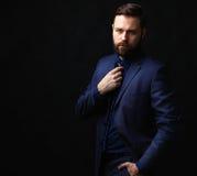 Холодный бизнесмен стоя на темной предпосылке градиента Стоковое фото RF