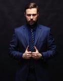 Холодный бизнесмен стоя на темной предпосылке градиента Стоковые Фотографии RF