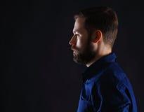 Холодный бизнесмен стоя на темной предпосылке градиента Стоковая Фотография RF