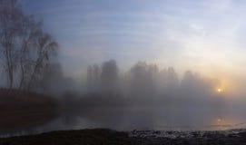 Холодный восход солнца на пруде осени Стоковые Изображения