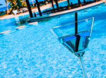 Холодный голубой коктеиль около бассейна Стоковое фото RF