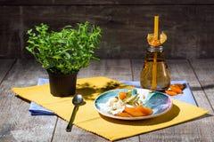 Холодный десерт с физалисом и высушенными плодоовощами на плите и на красочной предпосылке Горячий напиток около мороженого Стоковая Фотография RF