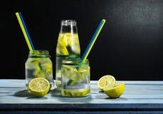 Холодный лимонад в бутылках с лимонами Стоковое Изображение