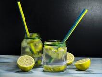 Холодный лимонад в бутылках с лимонами Стоковая Фотография RF
