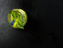 Холодный лимонад в бутылках с лимонами Стоковое фото RF