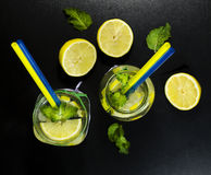 Холодный лимонад в бутылках с лимонами Стоковая Фотография