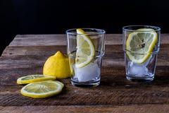 холодный лимон питья Стоковые Фотографии RF