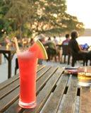 Холодный и свежий сок арбуза на пляже Стоковая Фотография RF