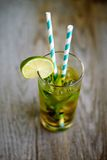 Холодный коктеиль чая с льдом и соломой на борту Стоковые Изображения
