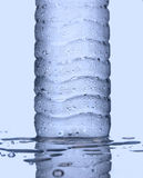 Холодный конец бутылки питьевой воды вверх Стоковые Изображения