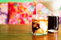 Холодный кофе brew с молоком Стоковое Изображение