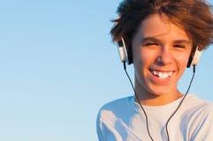 Холодный мальчик слушая к музыке Стоковое Изображение RF