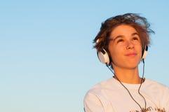 Холодный мальчик слушая к музыке Стоковая Фотография