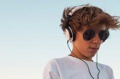 Холодный мальчик слушая к музыке Стоковое фото RF