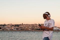 Холодный мальчик слушая к музыке Стоковая Фотография RF