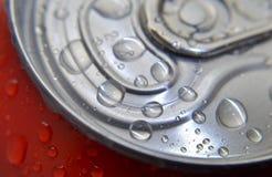 Холодный напиток внутри может с падениями воды Стоковая Фотография