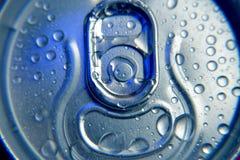 Холодный напиток внутри может с падениями воды Стоковые Фото