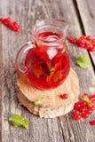 Холодный освежая чай со льдом гибискуса ягоды с мятой Стоковая Фотография