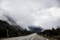 Холодный привод утра зимы к горам Стоковое Изображение