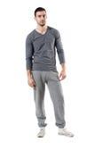Холодный расслабленный человек пригонки в sportswear смотря камеру Стоковые Изображения
